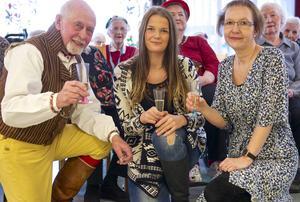 Alf Östberg kom till Hedegården för att behaga damerna under glam-lunchen med pizza och coca-cola. Ida Arnesson, som pluggar till stajlist i Falun, sminkade damerna. Siw Fladvad kom på idén med en makeupdag på Hedegården.