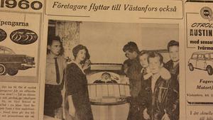 """Den 14 november 1959 gjorde Fagersta-Posten en artikel om företagare som flyttat till Västanfors. Där besöks bland annat Café Gläntan. Astrid Nilsson med familj hade nyligen tagit över konditoriet. """"Gamla Gläntan har både spelbox och tv-apparat. Fr. v. ägaren Eivind Nilsson, servitrisen fröken Anna-Stina Holgersson samt lyssnarna Arne Persson, Robert Nordgren, Leif Danielsson och Ivar Eriksson"""" var bildtexten."""