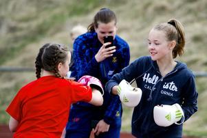 Isabelle Jonzon och Ninni Fyhr testade boxning. i bakgrunden står Nathalie Larsson och filmar.