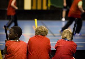 Bänkade, men bara för en stund. Under kommunmästerskapet i Timrå hade varje lag fyra utespelare och en målvakt på planen – och obegränsat med avbytare. Tre årskurser från åtta skolor deltog. I tisdags var det slutspel för killarna, och i onsdags för tjejerna. Läs mer på Träffen – ST-sportens ungdomssida varje torsdag.