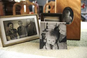 På fotot i mitten sitter Antti i famnen på sin svenska mamma. Till vänster syns hans med sina biologiska föräldrar.