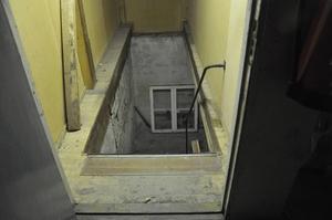 Trappan ledde till ett rum i källaren där man hade murat igen fönstren. i rummet fanns huvuddelen av den stora cannabisodlingen.