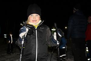 Tilja Larsson tycker att det är kul att åka skidor. Hennes mamma berättar att Tilja var väldigt pepp inför premiären.