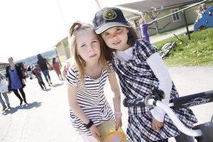 Kompisarna Moa Sundblad och Vanna Söderlind gillade festligheterna.