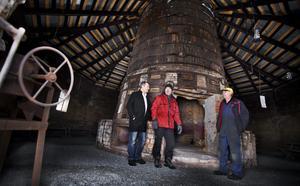Bild: Per Knutsson Inne i rostugnsbyggnaden har föreningen Rostugnens vänner arbetat för att intresserade ska kunna guidas och ha trevligt. Från vänster: LG Jörgensen, Claes Ander och Ingel Jörgensen.
