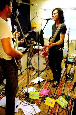 Magic Mushrooms.  När bandet började spela kunde ingen av dem spela nåt instrument.