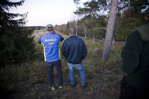 Mats Hedblom och Stig Olsson spanar efter björn.