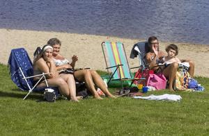 Sofie Kraft, Kina Larsson, Nora Ahlström och Marie Arousell Larsson försöker få så mycket sol som möjligt.