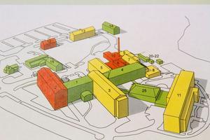 Den stora satsningen på Avesta lasarett innefatta bland annat rivning och återuppbyggnad av hus 2 (se planritningen). De gröna byggnaderna bedöms ha god teknisk status, de gula mindre bra och de röda dålig teknisk status.