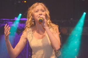 Alva Lejonclou framförde låten hon komponerat själv: Something I'm not.