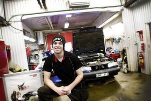 PERFEKT PRAKTIK. Adrian Sjöstrand går andra året på fordonsprogrammet på Borgarskolan och praktiserar på en reparationsverkstad för både bilar och mindre motorer.