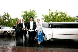 Alva Westin, Gustav Fredin, Joel Skoglund och Emelie Gustafsson kom i en lång, vit limousine. Stämningen var på topp, trots vädret.