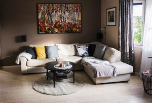 Vardagsrummet har ljusa och neutrala väggar och här får konsten ta plats.
