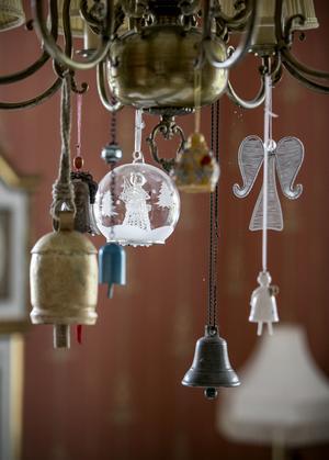 Takkronan i matsalen är dekorerad av personliga minnen som Terry fått av vänner och bekanta.