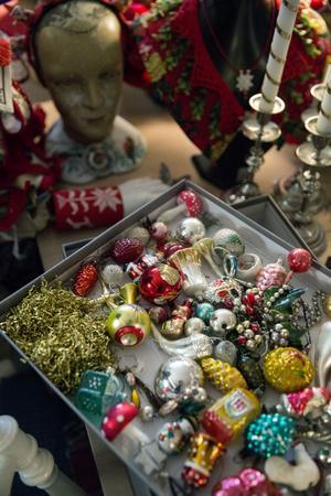 Karin samlar på julkulor av glas. Favoriterna är de lite nötta och anfrätta