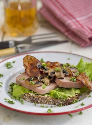 Ljummen leverpastej är ett danskt genidrag. Det passar förträffligt på smörrebröd, gärna med champinjoner och bacon.