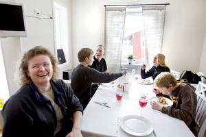 LUNCHPAUS. Familjen Dynesius från Huddinge har koll på vad som händer i backarna medan de tar lunchpaus i lägenheten. Från vänster:  Ann, Niklas, Thomas, Petra och Matthias.