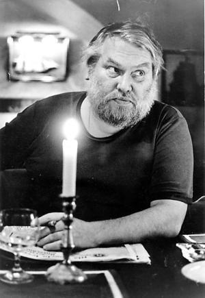 I dag är det världsbokdag, och exakt 20 år sedan Anderz Harning gick bort. Här syns han vid ett stambord på restaurang Skeppet.