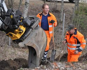 Grävskopa och spadar har satts i jorden för att Ytterhogdal ska kunna ansluta sig till fibernätet.