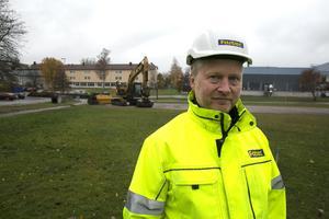 Clas Wohlin hoppas att markjobb och pålningsarbeten är färdiga strax före jul. Under byggtiden kommer som mest omkring 35 personer att ha sysselsättning samtidigt med Ica-bygget.