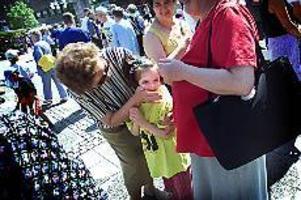 Foto: ANNAKARIN BJÖRNSTRÖM\nI centrum. Lejla, den sjuka och utvisningshotade, bosniska flickan stod i centrum när vänsterpartiet och moderaterna tillsammans med asylkommittén höll demonstration på Stortorget i Gävle på lördagen.