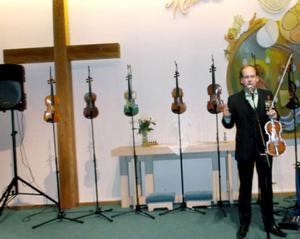 Bengt-Eric Norlén med sina sju fioler.