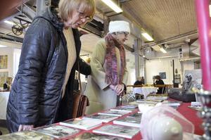 Gillar Vinterspår. Carina och Anny Östrand tycker att det är toppen med Vinterspår. De började rundan i Frövi och Frövifors och ska snart till Stripa för att köpa choklad.