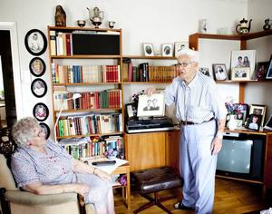 """JÄRNBRÖLLOPSFIRARE. Sedan den där juli-dagen när krig härjade i Europa                                 och Arne och Ellen Landström gifte sig har det nu gått 70 år. De har kommit upp i åldern, för två veckor sedan fyllde Arne 93 år. """"Nej, 39 var det"""", skojar Arne när födelsedagen kommer på tal. Här visar han upp ett av många foton i samlingen över egna                                                               föräldrar, barn, barnbarn och barnbarnsbarn."""