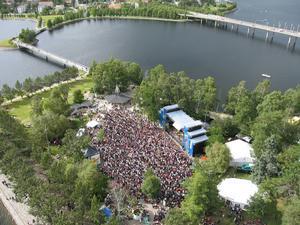 Så här såg det ut när Electric banana band spelade på Storsjöyran 1998. Rekordstor publik!