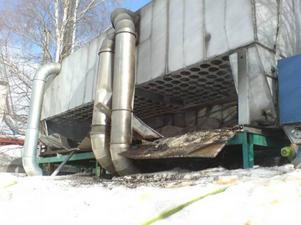 """Hammerdal.Damm som fattade eld orsakade en explosion i en spånsilo hos företaget Lamtech AB i Hammerdal i måndags eftermiddag. Brandkåren var snabbt på plats med rökdykare och lyckades hindra elden från att sprida sig. Enligt Lamtechs produktionsledare Daniel Stillesjö begränsades skadorna till några spånfickor. """"Brandspjällen slog till och hindrade elden från att sprida sig. Ett litet produktionsstopp blir det nog, men vi räknar med att komma igång rätt snart"""", säger han. Lamtech tillverkar limträbalkar och material till trappor."""