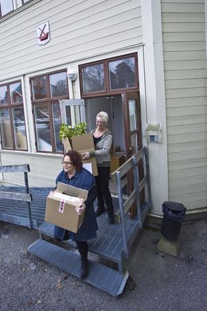 Karina Nilsson och Meja Djurfelter kånkar prylar som ska flyttas med socialförvaltningen till Cityhuset. De ser fram emot att få bättre lokaler. Kvar lämnar de ett visst vemod och en slitet men vacker gammal tågstation som nu ska värderas för att möjligen säljas.
