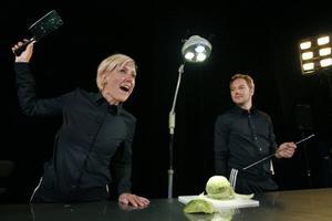 Stina Samson och Daniel Adolfsson i Teater Västernorrlands uppsättning av ungdomspjäsen
