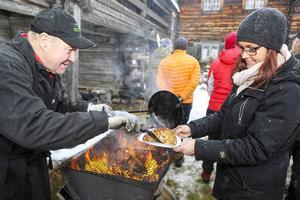 Kent Tjärnås serverade kolbullar, här till Monica Lövhammar från Uppsala som gjorde kolbullepremiär.