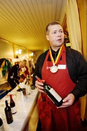 Anders Sundin visar mässans dyraste vin. En flaska Penfolds Grange från 1998. Priset är 2 571 kronor per flaska.