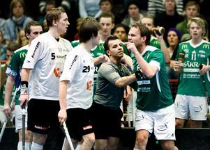 Här spårar derbyt ur. Både Daniel Fagerström, Lillån, och John Eriksson, ÖSK, tilldelades matchstraff. Bråket fortsatte sedan i spelargången.