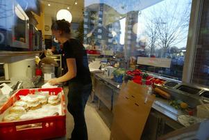 Konditoribiträde är med en snittlön på 20 100 kronor i månaden ett av de sämst betalda yrkena i Sverige. OBS: personen på bilden har inget med texten att göra.