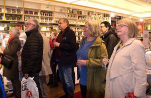 Bokälskare i Sundsvall samlas traditionsenligt på Akademibokhandeln Vängåvan vid Nobeltillkännagivandet och delar spänning, bokprat och cider.