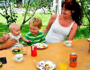 Olivia Rask ville gärna hugga in på tårtan själv men fick hjälp av Svante Sundin, Eva-Lena Dahlgren och Mattias Sundin.