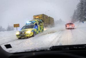 Ambulans på väg till olycksplats efter E4.