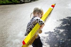 TUNGT. Ebba Nordström, 3 år, Göteborg, hade fullt sjå att släpa på sin vinst på chokladhjulet.