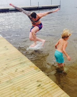 Morbror och systerdotter tog ett dopp i det kalla Erken på midsommarafton. Foto: Madeleine Flood Nilsson