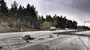 Lastbilen mejade ner 100 meter vajerräcke och for därefter ner i diket i motsatta körfältet.