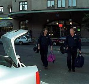 Arkivbild I Algeriet för att hjälpa. Brandbefälen Lars Sigfridsson och Jan-Olov Nyman åkte på fredagsmorgon till Algeriet för att delta i räddningsarbetet efter jordbävningen. I augusti 1999 var de i Turket på liknande uppdrag.