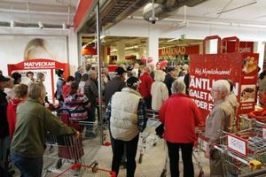 Hundratals nynäshamnare var sugna på att se den nya butiken.