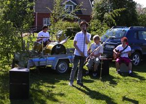 Musik. I år blev det lite annorlunda musikunderhållning då en grupp unga spelmän stod för musiken. De bjöd på både traditionella låtar för midsommarfirandet, men även modernare poplåtar. Under uppträdandet fanns Albin Lindblom, Christopher Grahn, Lukas Olofsson och Mårten Gustafsson på plats.