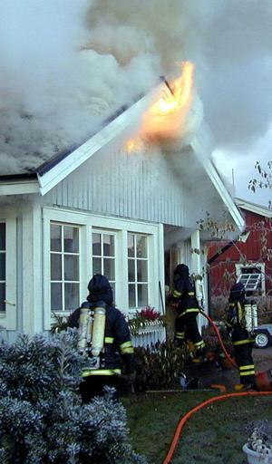 Rökdykning vid en villabrand – en räddningstjänstinsats som förutsätter relativt fulltaliga och utbildade insatsstyrkor.