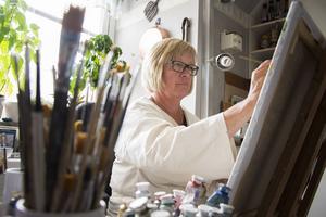 Det är tidigt på morgonen som Lena Fredriksson jobbar allra bäst – hemma i köksateljén på Östermalm.
