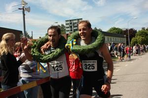 Vinnarna i Läderloppet, Igor Elguezabal och Per Mattsson tar emot kransar av kranskullorna strax innan mållinjen.