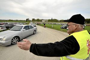 Bilfösning. Per Karlsson har med åren fått vana att dirigera trafik när det är kosläpp på Sverkesta gård.
