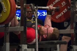 Adrian Fahlqvist lyckades inte fullt ut i sin klass, men fick åtminstone till ett lyckat lyft på 200 kilo.